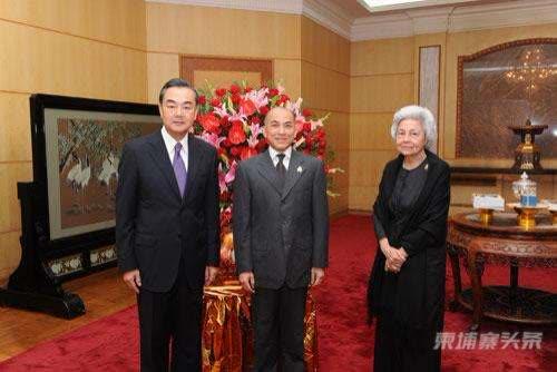 真挚的友谊 美好的祝愿——记柬埔寨国王西哈莫尼和太后莫尼列参观庆祝中华人民共和国 ...