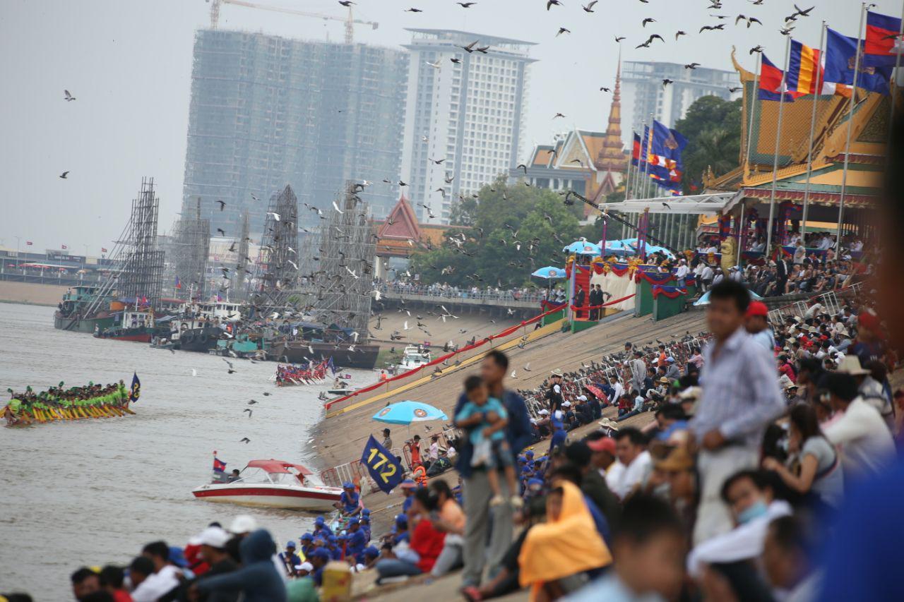 数万名民众参加送水节第一天,治安和秩序一切良好